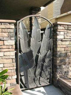 Huh. I wonder if you could make a similar gate with recycled shovel heads welded together to form the leaves????