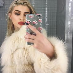 """Blenders from Kylie Jenner's Beauty Tips Kim Kardashian isn't the only beneficiary of Mario Dedivanovic's vast knowledge of beauty. """"Mario taught me to get [your] blender a little extra wet to set your powder, so it doesn't look too cakey,"""" Kylie said. Kylie Jenner Lipstick, Kendall E Kylie Jenner, Trajes Kylie Jenner, Estilo Kylie Jenner, Kardashian Jenner, Kourtney Kardashian, Kylie Jay, Kylie Lips, Le Style Du Jenner"""