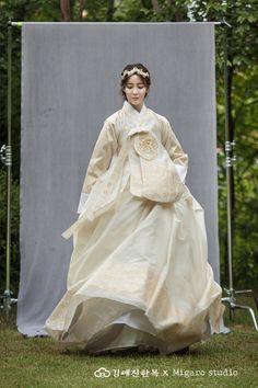 김예진한복 사진갤러리 Korean Traditional Dress, Traditional Fashion, Traditional Dresses, Japanese Wedding, Korean Wedding, Wedding Kimono, Wedding Dresses, Hanbok Wedding, Korean Hanbok
