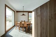 """Essplatz im Haus von Pedevilla Architects: """"Häuser des Jahres"""" von Wolfgang Bachmann und Wladimir Kaminer ©Gustav Willeit Photography"""