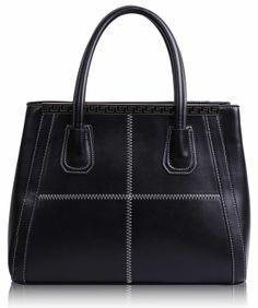 Τσάντα σε μαύρο χρώμα απο τεχνητό δέρμα (Art PU Leather), η οποία διαθέτει λουρί για κρέμασμα στον ώμο και κλείνει με φερμουάρ. Εσωτερικά έχει φόδρα με τέσσερις θήκες, εκ των οποίων οι δύο με φερμουάρ. Διαστάσεις: 33,5x16x27,5 εκ. Κωδικός: HF1 www.helenfashion.gr