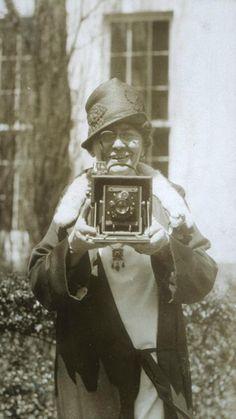 Shooting Film: Portraits of Jessie Tarbox Beals with Her Old Cameras Antique Cameras, Old Cameras, Vintage Cameras, Greenwich Village, Vintage Photographs, Vintage Images, Vintage Pictures, Photos Du, Old Photos