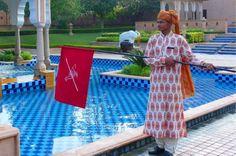 Ondeador de banderas. En el Hotel Rambagh Palace de Jaipur (India) tienen contratado a un hombre para que ondee una bandera a sus cliente. El objetivo es alejar a los pajáros que acuden para beber en la fuente del jardín principal.