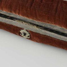 Cojín-costurero? Cojín-joyero? Langwerpig kussen bestaande uit twee gelijke helften, bekleed met rood fluweel versierd met zilveren passement. Binnenwerk van hout belijmd met schildpad en voorzien van compartimenten met beschilderde deksels met rollijsten van ebbenhout. Messing slot middenvoor., Anonymous, c. 1580 - c. 1620 - My first collection-Collected Works of Edward Saunders - All Rijksstudio's - Rijksstudio - Rijksmuseum