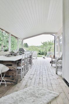 neutral home exterior Outdoor Living Areas, Outdoor Rooms, Outdoor Furniture Sets, Outdoor Decor, Outdoor Dining, Parquet Paris, Renovation Parquet, Street House, Garden Studio