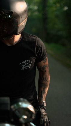Cafe racer motorcycle rider wearing Liberty or Death t-shirt Buell Cafe Racer, Cb400 Cafe Racer, Cafe Racer Honda, Cafe Racer Logo, Gs 500 Cafe Racer, Cafe Racer Helmet, Cafe Racer Style, Cafe Racer Girl, Cafe Racer Build