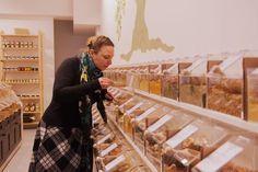 """"""" Wohlempfinden pur"""" heißt dieses tolle Geschäft, wo man unverpackt viele Sorten Gewürze und Salze bekommen kann, und diese in seine eigenen Behältnisse abfüllen kann. Das kommt der Umwelt zugute. Zu finden ist das Geschäft im Schanzenviertel."""