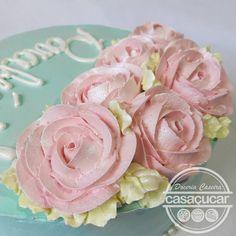 #casaçucar rosas feitas com chantilly, bolo decorado chantilly para mulher, bolo feminino, bolo com rosas Cake Design, Flowers, Desserts, Plants, Food, Rose Cake, Descendants Cake, Woman, Party