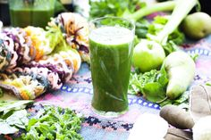 This green smoothie is based on fresh green leaves and ripe fruit at a ratio of roughly It makes a convenient meal on the move when there is not much time to sit and chew. Green Smoothie Recipes, Healthy Smoothies, Healthy Drinks, Green Smoothies, Raw Food Recipes, Healthy Recipes, Vitamix Recipes, Paleo Meals, Healthy Breakfasts