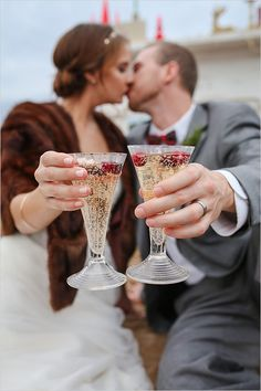 champagne toast | champagne and cranberries | holiday wedding ideas | #weddingchicks