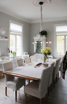Hullaannu ja hurmaannu: Unelmieni keittiö ystävän luona Dining Table, Dining Rooms, Rustic, Decor Ideas, Furniture, Home Decor, Dinner Room, Country Primitive, Dining Room Table