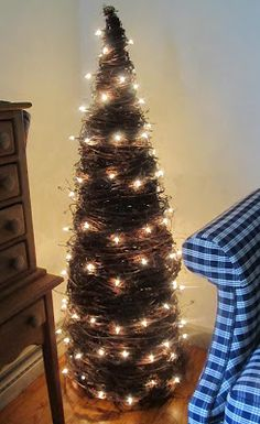 easy directions/tutorial for this tree made of tomato cages and vines from Samplers and Santas!