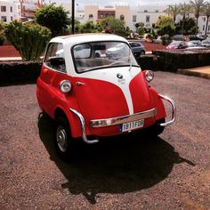 My little baby!!! Sorry no my mini mini #mini baby!!! #bmwisetta #isetta300 #isetta #playablanca #lanzarote #vintage #huevito #minicar #classiccar #oldies by caffanico