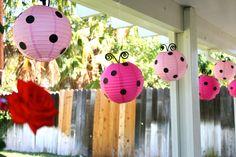 Lanternas japonesas enfeitadas como joaninhas