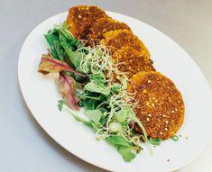 Nydelige og proteinrike vegetarburgere med linser og quinoa. Denne oppskriften fant jeg på pranava.no, bloggen tilJartrud Høstmælingen,for en evighet siden, og jeg har hatt skikkelig lyst å teste den ut. Men noen ting bare fortsetter å havne bak i køen, en gang hadde jeg ikke tid, en gang hadde jeg ikke quinoa, en gang ikke …