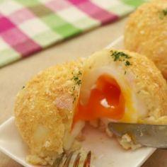 揚げないでヘルシーな#たまごコロッケ を紹介! サラダのような優しい味です♪ 卵がまるごと入ったボリューミーなコロッケです!  材料(3個分) ・じゃがいも  2個 ・卵  3個 ・玉ねぎ  1/4個 ・ハム  2枚 ・マヨネーズ 大さじ1 ・塩こしょう  少々 ・パン粉  100cc程度  手順 1. 沸騰した湯に卵を入れ、7分茹でる 2. 氷水にあげ、粗熱が取れたら殻をむく  3. じゃがいもはよく洗い、濡れた状態でラップに包んで500wのレンジで5分加熱する 4. 粗熱がとれたら皮をむき、なめらかになるまでよく潰す 5. 玉ねぎはみじん切りにし、ラップをかけて500wのレンジで3分加熱する 6. ボウルにじゃがいも、玉ねぎ、細かく切ったハムを入れ、マヨネーズ、塩こしょうを加えてよく混ぜる 7. フライパンできつね色になるまでパン粉を煎る 8. ラップの上に等分した6を広げ、ゆで卵を上に置いたら、ラップごと卵を包むようにして成型する 9. 全体に7をまぶして完成  作ったら是非 #delishkitchentv というタグをつけて教えてください♪ #instafood…