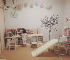寝てる間に散乱したおもちゃを片付けた直後の部屋。このあと直ぐ、派手に散らかっていった。。 .  #子ども部屋 #子ども #遊び場 #子供の遊び場 #シルバニアファミリー #ジャングルジム #滑り台 #おままこど #trofast