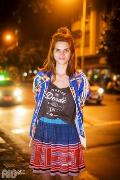 Vamos misturar? Saia com estampa étnica, blusa escura com frase e uma jaqueta super colorida!