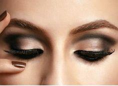 Olhos esfumados de preto são clássico e funciona perfeitamente para todas as mulheres