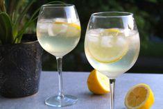Frisk drink med cava, gin och citron | Daniel Lakatosz matblogg Drinks Med Gin, Fun Drinks, Alcoholic Drinks, Beverages, Cocktail Recipes, Wine Recipes, Cocktail Food, Prosecco Cocktails, Danish Food