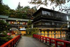 建築が見事だった温泉宿ベスト5 群馬県の四万温泉にある、300年以上もの長い歴史を誇る旅館です。 正面の本館は元禄4年(1691年)築で、現存する日本最古の温泉建築と言われており、また、右手の貫禄ある建物「前新」は、1階が大正ロマネスク様式の浴場で、国の登録有形文化財となっています。 「千と千尋の神隠し」の湯屋のモデルになった場所のひとつと言われており、実際に宮崎駿監督が宿泊したこともあるそうです。 本館は1泊2食6000円台と、格安で泊まれるのも嬉しいところ。