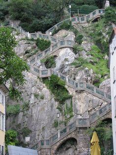 Le Schloßberg (montagne du château) de Graz (Autriche) est un promontoire qui domine de 123 mètres la Hauptplatz avec ses escaliers taillés dans la roche.