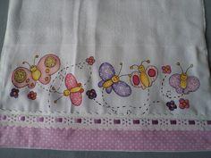 Fralda em tecido Cremer luxo pintada a mão com barrado em tecido e passa fita com fita de cetim.A fralda é dobrada, não aparece o avesso da pintura, ideal para limpar a boquinha do bebê. R$ 12,00