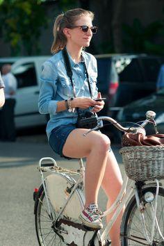 Mezclilla, tenis, ponytail y tu bici. No fashion emergency at all.