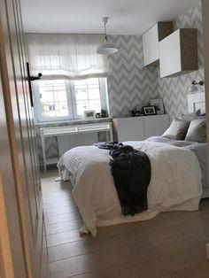 44m2-es másfél szobás lakás felújítás után - visszafogott, semleges színvilág, szimpla, élhető berendezés - www.architektownia.pl Studio Apartment Layout, Bed, Interior, Ideas, Furniture, Home Decor, Houses, Flat, Cots