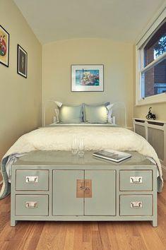 kleines schlafzimmer gestalten farben weiß hellgrau holzmöbel