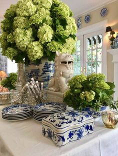 Blue and white chinoiserie vase and hydrangeas Blue And White China, Blue China, Tables Tableaux, Enchanted Home, Boho Home, Chinoiserie Chic, White Vases, White Rooms, Ginger Jars