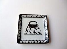 Petit Vide poches en porcelaine 'la main dans le sac' : Meubles et rangements par pascale-porcelaine