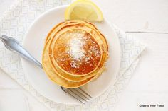 Een fris ontbijt maak je met deze citroen yoghurt pannenkoeken. Niet te zuur, juist een zoete begin van je weekend. Lekker met honing en kokos!