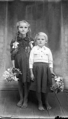 +~+~ Vintage Photograph ~+~+ Sisters, barefeet with flowers