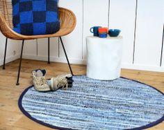 Durf te combineren met kleur en opvallende vloerkleden.  Blauw rond #sfeervol #vloerkleed.