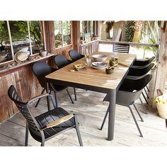 Laissez-vous séduire par ce salon de jardin Kea/Kota. Le plateau en teck de la table Kea contraste avec les chaises noires Kota et confèrent un look résolument design à l'ensemble. Un choix audacieux qui ne fait pas l'impasse sur le confort, pour des moments de détente garantis.