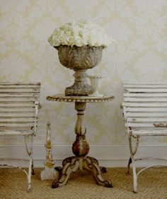 Brocante garden furniture... LoVe the Chairs... Table... Urn...