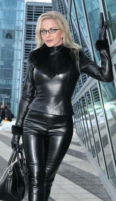 Plus size photos, plus size fashion and plus size tips Blonde Fetish Queen Heike dons a black Leather Top, matching Gloves, Leather Pants and Handbag Fetish Fashion, Latex Fashion, Fur Fashion, Leather T Shirt, Leather Gloves, Leather Pants Outfit, Crazy Outfits, Sexy Outfits, Leder Outfits
