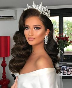 Bild könnte enthalten: 1 Person Hair Style Image images of bridal hair styles Quince Hairstyles, Best Wedding Hairstyles, Crown Hairstyles, Formal Hairstyles, Bride Hairstyles, Pageant Hairstyles, Arabic Hairstyles, Winter Hairstyles, Brunette Wedding Hairstyles