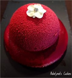 An elegant and refined individual dessert, consisting of a raspberry mousse with an insert . Individual Desserts, Fancy Desserts, Köstliche Desserts, Delicious Desserts, Mousse Dessert, Banana Chocolate Chip Muffins, Chocolate Mousse Cake, Layered Deserts, Patisserie Fine