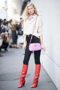 Look con botas altas - Look con botas altas en color rojo y blusa en color blanco roto.