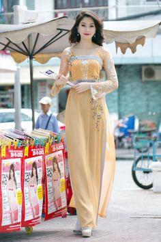 Hoa hậu VN 2012 tha thướt trên phố Sài Gòn trong những tà áo dài được thêu kết hình ảnh đóa hoa xuân. - VnExpress Giải Trí