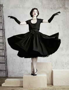 Marion Cottilard in vintage Christian Dior-skeppings | Tourbillon-rok en bolero in swart wol. H/W 1957-1958.