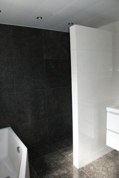 (Welbie Sanitair) Kleine badkamer Nijmegen. Het ligbad (Society van BeterBad) is afgeschuind waardoor er meer doorloopruimte is. Door de donkere achtergrond en de lichte voorgrond creëer je meer diepte waardoor de badkamer optisch groter lijkt. Kijk ook op www.welbie.nl