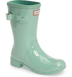 Crushing on these classic Hunter boots in a soft green color. Green Rain Boots, Short Rain Boots, Tall Boots, Shiny Boots, Hunter Boots Outfit, Hunter Rain Boots, Hunter Original, Buckle Boots, Rubber Shoes