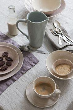 (Foto: Trine Thorsen ) Nydelige bordtekstiler i rustikk lin passer perfekt til høstens borddekkinger. Keramikk i støvete pasteller er nydeli...