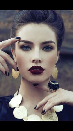 Dark lipstick back into fall makeup trends. The celebrities, fashion models, and women become more frequent lately daub dark lipstick color to display bold All Things Beauty, Beauty Make Up, Hair Beauty, Girly Things, Perfect Eyebrows, Best Eyebrows, Full Eyebrows, Gel Eyeliner, Thick Eyeliner