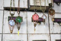 Купить или заказать Миниатюрный воздушный шарик. Разные цвета в интернет магазине на Ярмарке Мастеров. С доставкой по России и СНГ. Материалы: стекло, металлическая фурнитура. Размер: 6 см без бейла