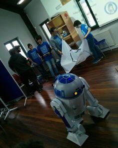Más fotos de la presentación de R2D2 en el OMIX #StarWars #fans #cinema #film #r2builders #r2d2 #bb8 #c3po #cosplay #otaku #anime #theforceawakens #computer #3dprinter #Astromech #astromechspain #laptop #arduino #leds #art #animeart #disney #lucasfilm #robot #rock #guitar #music #dj #acdc #rocklover by esp_robotics