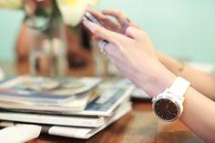 De Cookoo Watch is een zeer nuttig, handig en multifunctioneel horloge dat draadloos verbinding kan maken met je smartphone. Het horloge informeert je constant over wat er gebeurt op je telefoon, met real-time informatie. Zo krijg je een bericht als er een nieuwe SMS is of als je een Facebook bericht ontvangen hebt, zelfs wanneer de telefoon buiten handbereik of buiten het zicht is. Het enige wat je hiervoor moet hebben is een smartphone met Bluetooth en de Connected app. $109